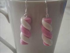 The polymer clay or fimo paste can create many jewelry including earrings with original shapes. Thus, it is easily transformed into macaroons, striped and multicolored flowers, chamallows or textured discs. Cute Earrings, Beaded Earrings, Drop Earrings, Crea Fimo, Biscuit, Polymer Clay Crafts, Fancy, Beads, How To Make