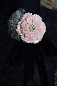 """Купить Цветок-брошь на бархатной подвязке """"LADY NIGHT"""". - розовый, цветок ручной работы"""
