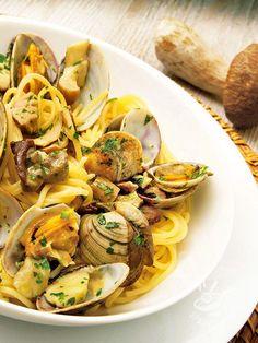 Gli Spaghetti alle vongole veraci e porcini sono una delizia del mare e del bosco! Per aggiungere un tocco nuovo provate a profumarli con lo zafferano. #spaghettivongoleporcini