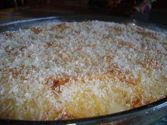 Massa:  - 5 ovos  - 2 xícaras de açúcar  - 4 e 1/2 xícaras de farinha de trigo  - 2 colheres de sopa de fermento para bolo  - 1/2 pote de nata  - Cobertura:  - 1/2 abacaxi picado  - 1/2 lata de leite condensado  - 1/2 pacote de coco ralado  -