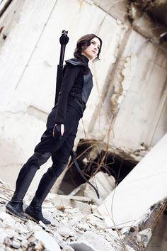 Katniss Everdeen from Hunger Games: Mockingjay Amazing Cosplay, Best Cosplay, Katness Everdeen Costume, Halloween Cosplay, Halloween Costumes, Halloween Inspo, Hunger Games Costume, Raven Cosplay, Archery Girl