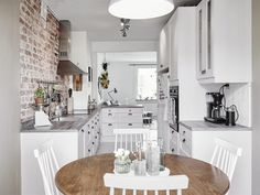 Arrangement of a small kitchen with a dining room, in which white wood and red bricks are significantly improved on . Kitchen Images, Flat Decor, Kitchen, Interior, Kitchen Design Small, Kitchen Layout Plans, Kitchen Renovation, Kitchen Dining Room, Home Decor