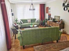 Müşterileri için evlerinin renklerine uygun, özel tasarım geometrik tuvaller hazırlayan ev sahibimiz, çok sevdiği geometrik desenleri kendi evinin dokusuna uygun olarak da pek çok parçada yorumlamış....