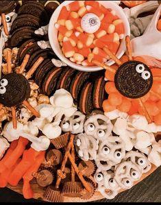 Halloween Food Crafts, Halloween Candy, Halloween Desserts, Outdoor Halloween, Fall Halloween, Halloween Themed Food, Halloween Inspo, Halloween Books, Halloween Parties