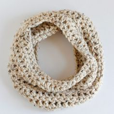 Simple crochet pattern for a chunky cowl using only one skein of yarn!