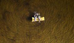 Due bambini nuotano con l'aiuto di un materassino gonfiabile in un lago di Hannover, in Germania. - (Julian Stratenschulte, Epa/Ansa)