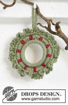 0-1210 Winterberry - free crochet Christmas wreath decoration pattern by DROPS design.
