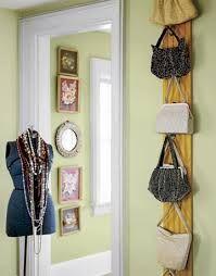 Organizando bolsas com criatividade.