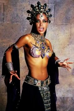 Die bissigsten Blutsauger Aaliyah showed in 2001 as vampire queen Akasha in Anne Rice, Queen Of The Damned, Aaliyah Haughton, Vampire Queen, Vampire Girls, Vampire Art, Black Vampire, Vampire Tattoo, Vampire Fangs