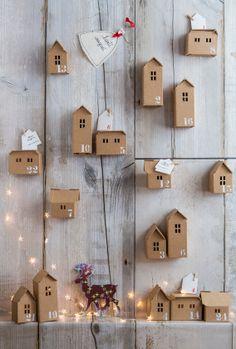 Village de Noël en carton kraft - maisonnettes numérotées à la manière d'un calendrier
