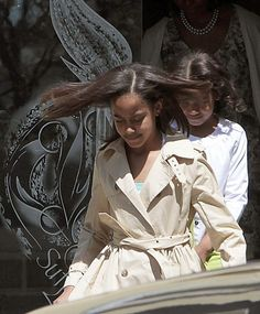 First Daughters Malia & Sasha Obama. Barrack And Michelle, Michelle And Barack Obama, Beautiful Young Lady, Beautiful Family, Beautiful Pictures, Obama Sisters, Malia And Sasha, Malia Obama, Barrack Obama