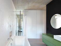 Badgestaltung Die Wand Im Badezimmer Läuft Nicht Bis Zur Außenmauer Hin,  Sondern Eine Glasscheibe Sorgt