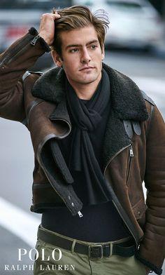 veste parfaite pour la saison : à la fois rustique et luxueuse, cette veste moto est confectionnée en peau lainée bordée de cuir. Relevez le col et attachez-le avec les pattes à boucle pour une meilleure protection.