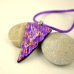 Trekantet halssmykke i lilla dichroic glass #Jewelry #dichroicglass #handmade