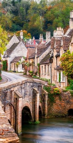 Castle Combe è un paesino e parrocchia civile di 350 abitanti della contea inglese del Wiltshire, appartenente al distretto del North Wiltshire.