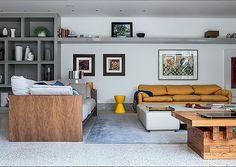 Living | Da Dpot, o sofá Matriz, à esq., design de Jader Almeida, junta-se ao Maralunga, de Vico Magistretti para Cassina. O tapete é da By Kamy, e as obras, na parede, foram trazidas de Paris (Foto: Lufe Gomes)