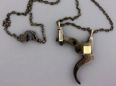 Partes de un arma convertidas en colgantes