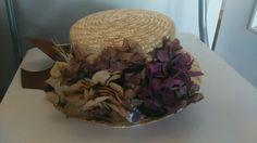 Canotier con hortensias preservadas.