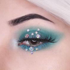 Lost under the sea with @ladyparadoxx in 'Lady Killer' lashes, pearls, and this smoky aqua eye that screams MERMAID! Who else is living? ♂️ #rougeandrogue