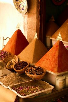 Ras el Hanout-North African spice blend-Moroccan-Berber-The best of the Shop - Easy Ethnic Recipes African Spices, Rock The Casbah, Moroccan Spices, Ras El Hanout, Color Naranja, Terracota, Spices And Herbs, Spice Blends, Spice Things Up
