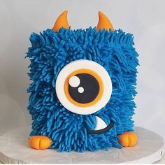 Cutest little monster cake by @ilovehoneybeecakes 🎂…