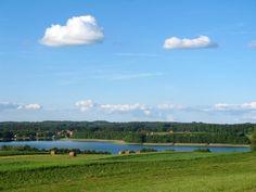 Szlak prowadzi dalej w kierunku wsi Czerwonki. Jedziemy wschodnim brzegiem j. Juksty, nad którym mijamy liczne domki letniskowe i tereny rekreacyjne.  Po dotarciu na szczyt jednego ze wzgórz rozpościera się piękny widok na j. Juksty.  www.it.mragowo.pl
