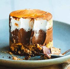 S'mores Custard Cake it is I have always done – the S & # mores Custard Cake. A layer of Devil Food Cake, Graham Cracker Crumble, rich chocolate pudding and toasted meringue. I do not know if this is a nice creation. Recipe in the archive! Just Desserts, Delicious Desserts, Yummy Food, Gourmet Desserts, Gourmet Cakes, Gourmet Recipes, Sweet Recipes, Cake Recipes, Dessert Recipes