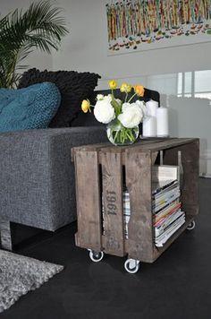 tavolino creato con cassette di legno.