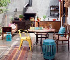 Quando penso em cores pra minha casa, vejo essa foto e me inspiro! Seat garden, objetos coloridos, marrom, cinza, branco e preto! Estilo retrô e moderno! Amoo