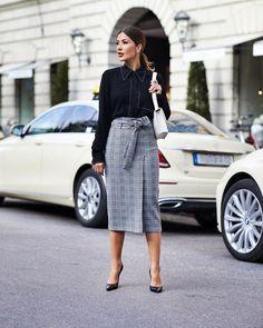 13 Midi Skirt Outfits for This Season (Style Motivation) 70s Fashion, Fashion 2020, Skirt Fashion, Fashion Dresses, Fashion Tips, Fashion Design, Fashion Men, Fashion Ideas, Winter Fashion