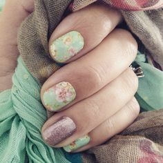 I've been in love with vintage chic since last fall but just new I had to save it for when Spring showed up... Ok ok I know I live in FL but this week it was in the 70's and 80's finally! I couldn't wait any longer! I'm dying over how much I LOVE FLORAL nail wraps. #DIYnailart #nontoxicbeauty #nails #manicure #springtimenails #vintagechicJN #rosegoldsparkleJN