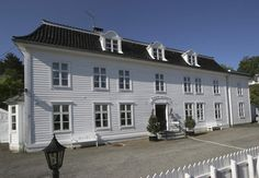 Bekkjarvik Gjestgiveri Beautiful Islands, Bergen, Backdrops, Mansions, House Styles, Home, Decor, Decoration, Manor Houses