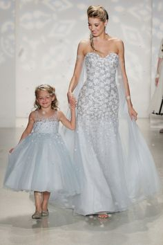 Pin for Later: Wer traut sich in/an Farbe? Blau Disney Fairy Tale Weddings by Alfred Angelo (Elsa)