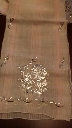 İpek üzerine tel sarma ve güğümcü düğümü teknik. İnce iş. Serpil Sakarya işledi. Embroidery Suits Punjabi, Embroidery Suits Design, Gold Embroidery, Embroidery Designs, Embroidered Towels, Turkish Fashion, Gold Work, Bead Jewellery, Hobbies And Crafts