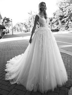 Traumhaftes Brautkleid mit Spitzenapplikationen auf Oberteil und Rock und tiefem Rückenausschnitt. Lace Wedding, Wedding Dresses, Rock, Fashion, Elegant, Atelier, Wedding Dress Lace, Dress Wedding, Bridle Dress