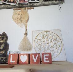 LOVE Cubes avec son cœur en blanc et sa patine terracotta. Terracotta, Cubes, Artisanal, Boutique, Ainsi, Heart Shapes, White People, Letters, Terra Cotta