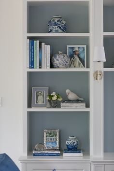Learn how to style your home from leading Australian designers Judy and Jess from Verandah House Fireplace Bookshelves, Bookcases, Living Room Designs, Living Room Decor, Hamptons Living Room, Hamptons Style Decor, Painting Bookcase, Bookcase Styling, Home Decor Inspiration