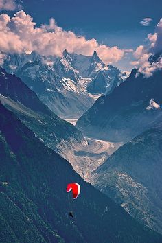 Parapente in front of the Grandes Jorasses - a mountain in the Mont Blanc massif, on the boundary between Haute-Savoie in France and Aosta Valley in Italy Rafting, Beautiful World, Beautiful Places, Ala Delta, Chamonix Mont Blanc, Rando, Paragliding, Skydiving, Adventure Is Out There