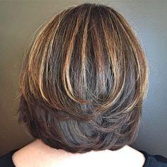 Bilder Bob Cut mit symmetrischen Swoopy Schichten Bob mit Glanzlichtern für dickes Haar Aussicht im Webseite
