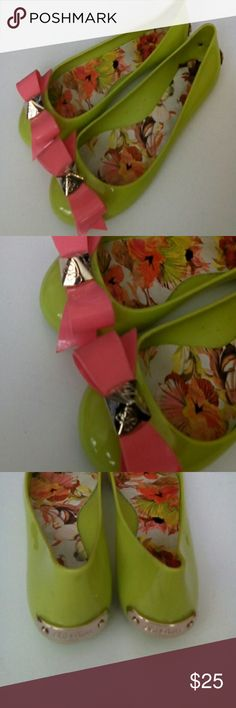 TED BAKER JELLIES GREEN SZ 9 CUTE GOLD DETAIL BOW PINK SZ 9 FITS 8.5 Ted Baker Shoes Flats & Loafers