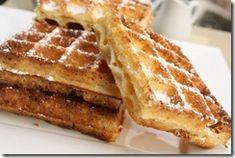 La gaufre de Bruxelles, rectangulaire, aérée, moelleuse au cœur et croustillante à l'extérieur, a été créée en 1856 par Maximilien Consael. Il a présenté cette nouvelle recette, cuite dans des grands fers en fonte à petits carreaux égaux, pour la 1ère fois à la foire de Bruxelles, d'où son nom. Pour réussir cette recette, il vous faut de la levure de boulanger et un puissant gaufrier.