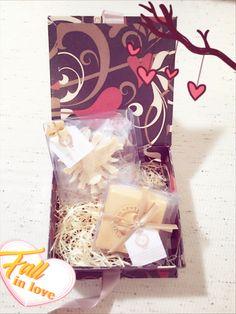 Caixa de cartonagem com sabonetes dourados #Companhia do Cheiro