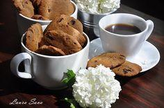 Nu prea vreau sa recunosc, dar sunt dependenta de cafea!!! 😀 Uneori, cand simt ca parca pica ceru' pe mine, numai un Tiramisu rece si insiropat ma mai poate salva!!! Tocmai de-aia, de Pasti, dupa atata munca si timp petrecut in bucatarie, m-am gandit si la mine, la cum as putea sa ma rasfat maxim, …