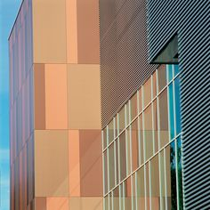 Our super flat QuadroClad™ metal façade features lightweight skins fused to an expanded honeycomb core of aluminum for extreme strength and flatness. Desidn freedom with a system that offers specialty shapes and curves, as well as a wide range of colours for expressive architecture.  #facade #metal #architecture #QuadroClad™ #hunterdouglas