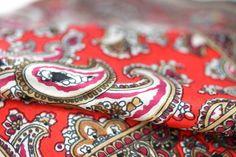 Fabuleux foulard pour femme en soie imprimée de motifs indiens et cachemire. Un bel accessoire de mode pas cher, 100 % pure vrai soie.