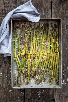 Geroosterde groene asperges Veggie Recipes, Real Food Recipes, Yummy Food, Healthy Recipes, Garlic Parmesan Potatoes, Happy Foods, Party Snacks, I Love Food, Bbq