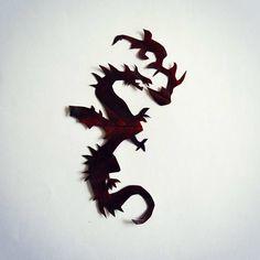 Je n'ai jamais été fan des dragons mais quand j'ai vu cette feuille, sa couleur de feu et sa texture j'ai immédiatement pensé à la peau d'un dragon... Alors voilà ! #FlowLeaf2015 #dragon #fire #feu #flamme #cendre #charbon #autumn #fall #automne #monster
