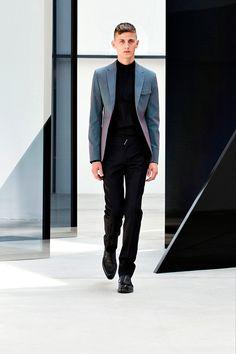Pasarela: Looks en negro total y guiños tornasol para @Balenciaga Paris  #Menswear SS14. http://www.vogue.mx/desfiles/primavera-verano-2014-paris-balenciaga-menswear/7086