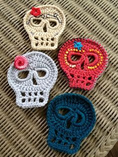 free skull crochet scarf pattern - Buscar con Google (Notice the embroidery on top of the sculls