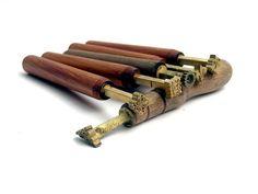 Tłoczki ( stemple ) – są obsadzone w drewniane rączki, posiadają grawerowane ornamenty, służą do dekoracji całej oprawy książkowej.